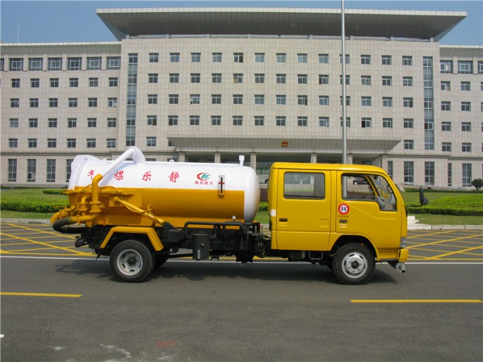 3000L-Sewer-Cleaning-Truck-Vacuum-Sewage-Suction-Truck-Sludge-Truck (1).jpg