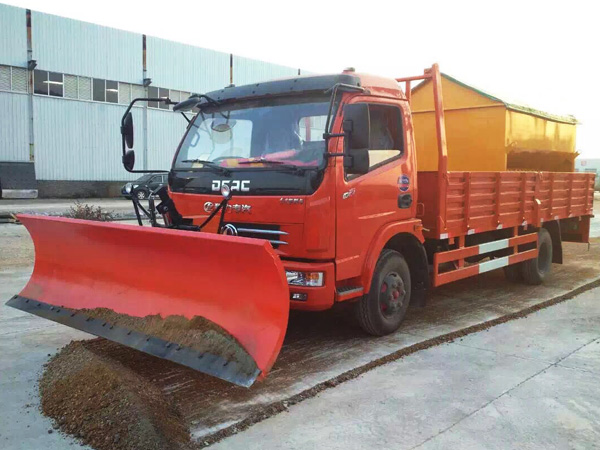 Dongfeng duolika truck mounted 4cbm snow melt spreading machine on the truck