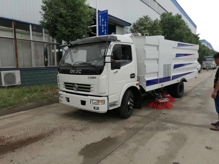 China dongfeng road street sweeper 01.jpg