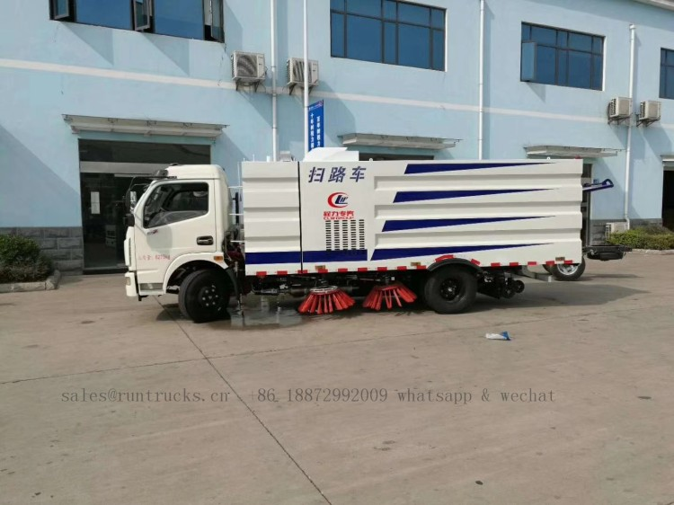 China dongfeng road street sweeper 02.jpg