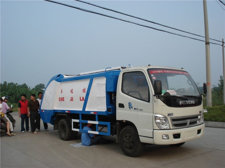 China FOTON 5000L compactor garbage truck.jpg