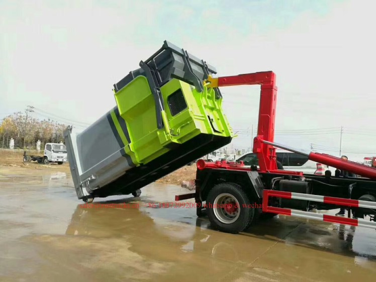 China hook arm garbage truck with Compressed Garbage station 04.jpg