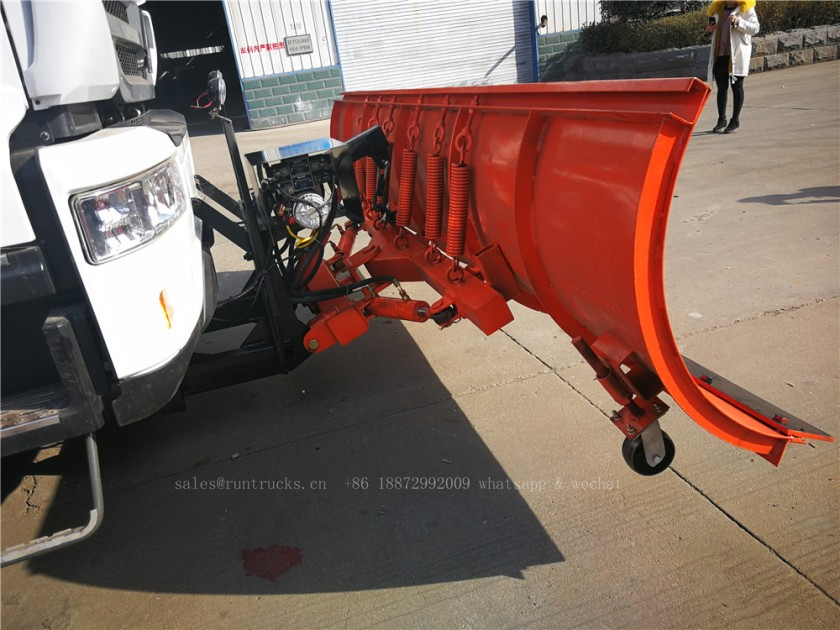 China Howo truck with snow shovel and snow melt agent spreader 12.jpg