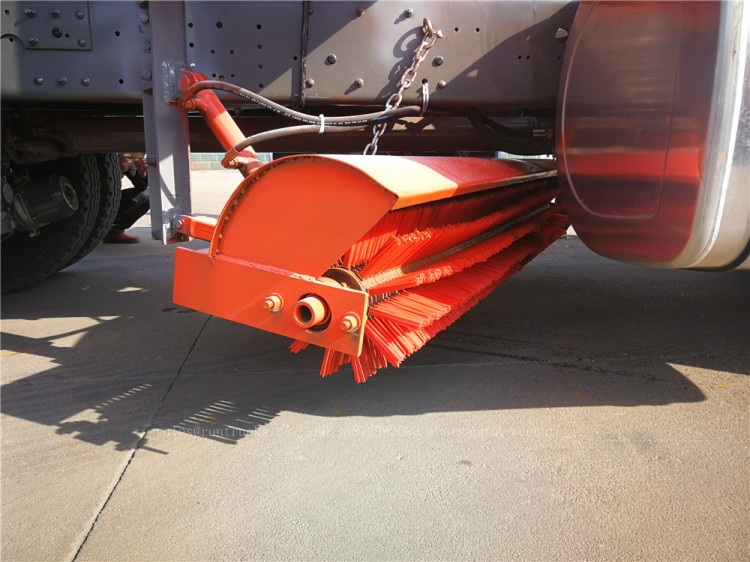 China Howo truck with snow shovel and snow melt agent spreader 13.jpg