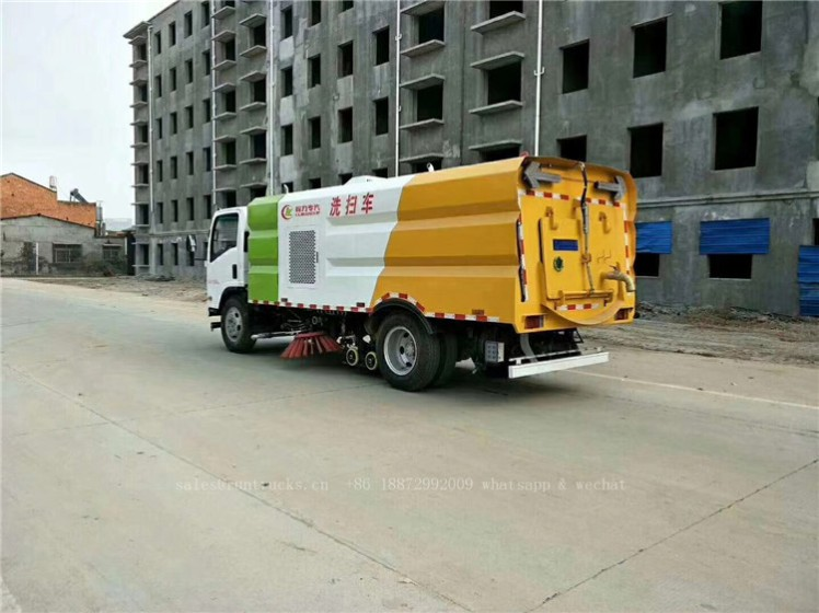 China Isuzu sweeper truck 05.jpg