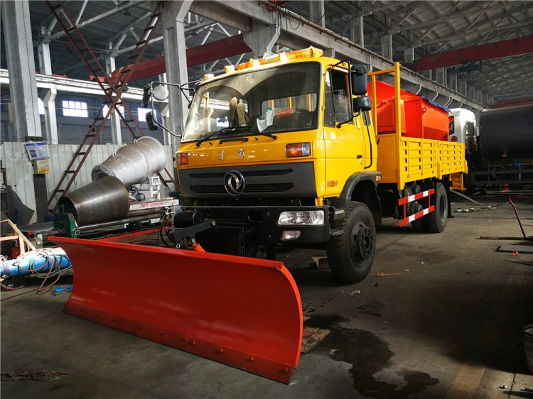 Dongfeng truck with 3.3m snow pusher shovel and Snowmelt Spreading Machine 01.jpg