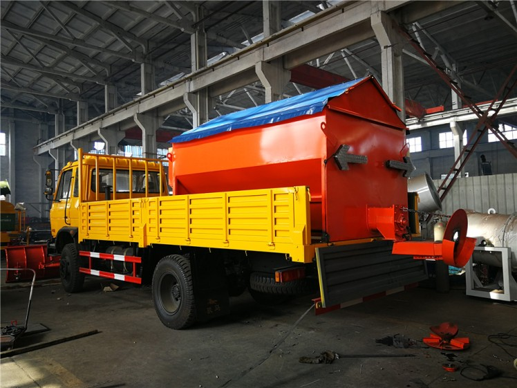 Dongfeng truck with 3.3m snow pusher shovel and Snowmelt Spreading Machine 02.jpg