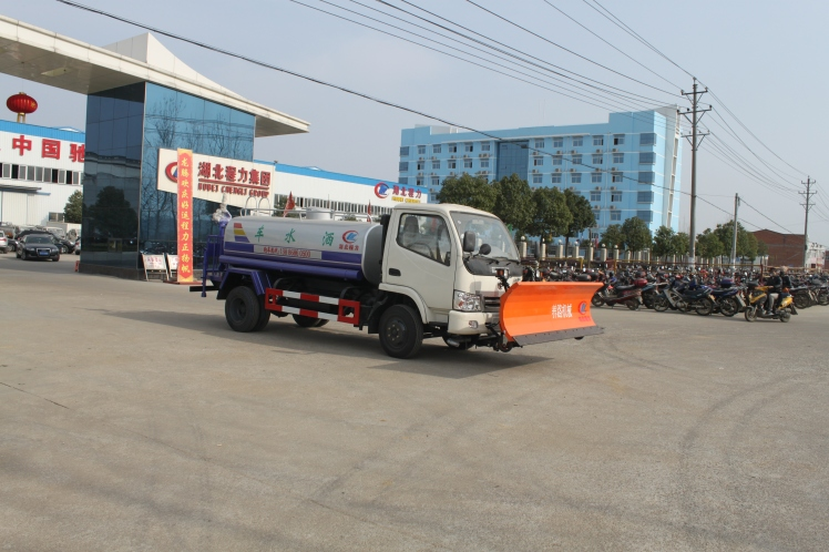 Dongfeng 4cbm water truck with snow removal shovel