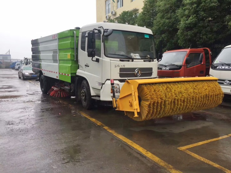 Dongfeng sweeper truck with 3.3m snow roll brush.