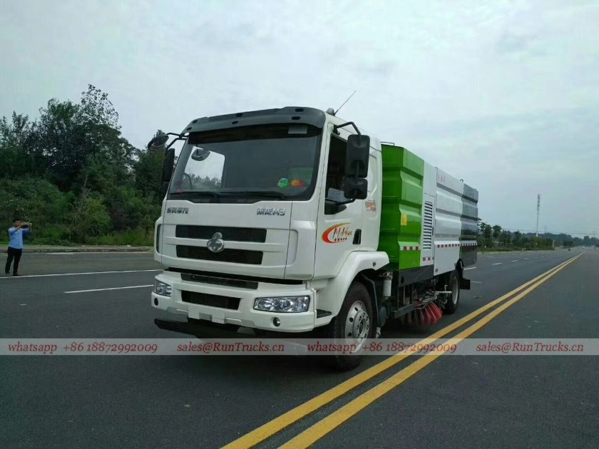 Dongfeng Chenglong road wash & sweeper truck 01.jpg