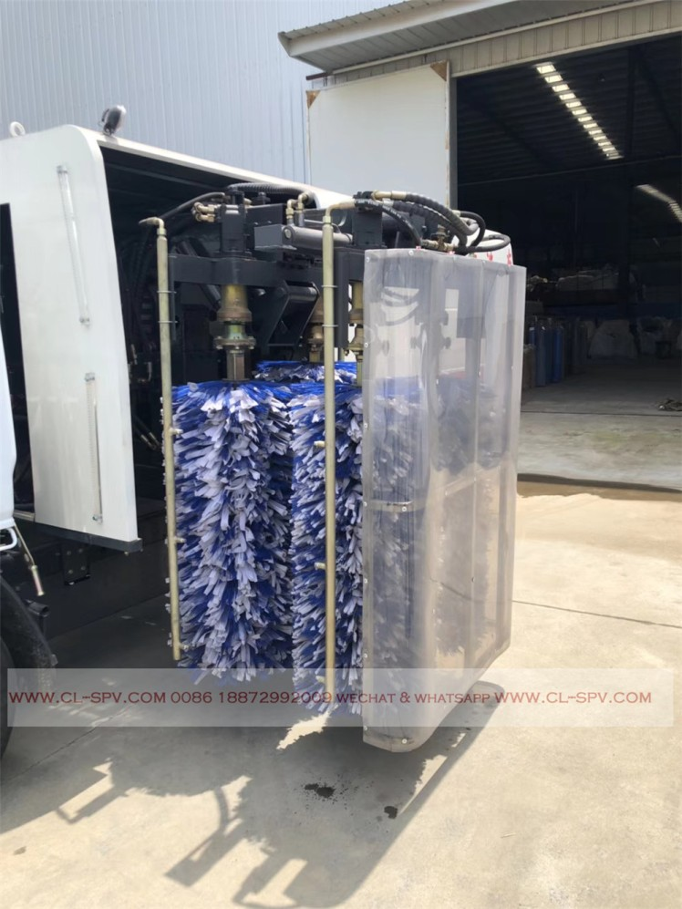 Dongfeng road fence cleaning vehicle 01